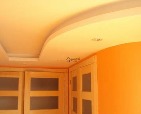 Patterned circled ceiling for a contemporary home