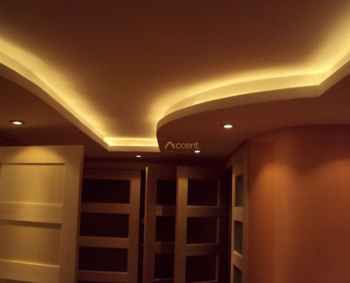 Curved ceiling with moulding design