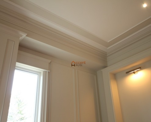 Beams ceiling with moulding decoration